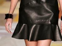 שמלה שחורה, אופנה, תצוגת אופנה, דוגמנית / צילום: רויטרס